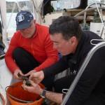 Thomas und Laurent beim Reiniger der Schalentiere